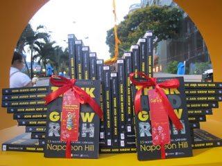Không khí rộn ràng của gian hàng Thái Hà Books tại Lễ hội đường sách