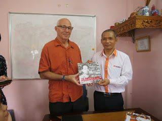 """John Merson, tác giả cuốn sách """"Bài học chiến tranh"""" đến thăm Thaihabooks"""