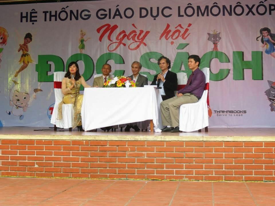 TS. Nguyễn Mạnh Hùng trò chuyện trong Ngày hội Đọc sách của Hệ thống giáo dục Lomonoxop