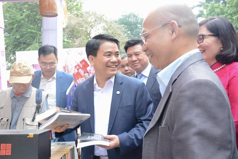 Chủ tịch Nguyễn Đức Chung mở hàng Tết Sách tại Thái Hà Books