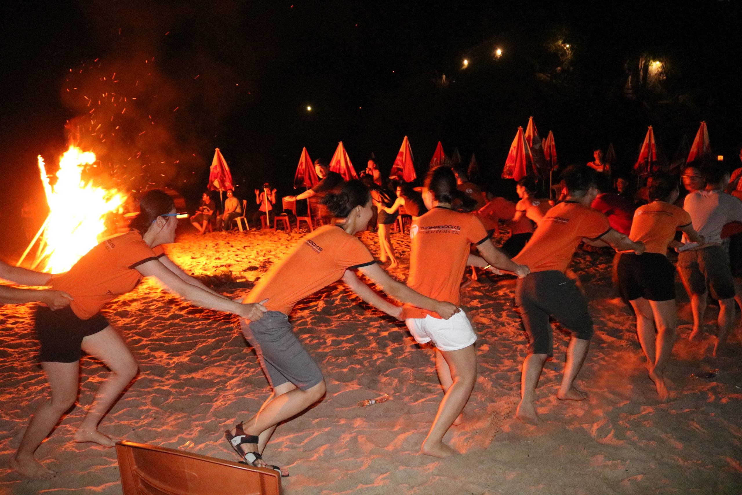 Màu cam làm sáng cả màn đêm vùng đảo Cát Bà