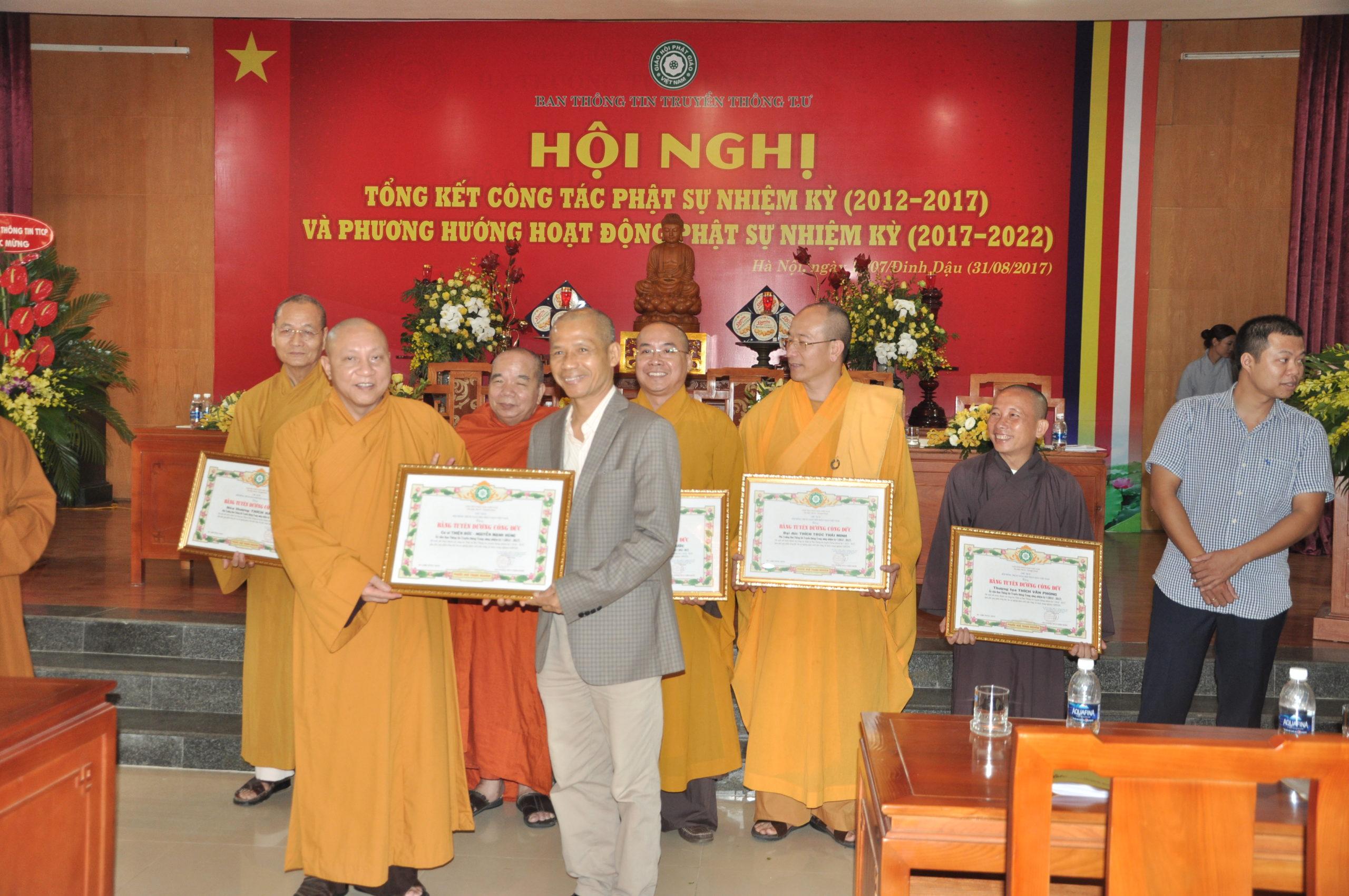 TS Nguyễn Mạnh Hùng được nhận bằng khen của Trung ương Giáo hội Phật giáo Việt Nam