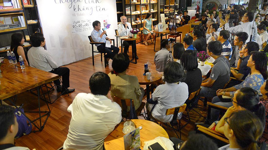 Nhạc sĩ Vũ Thành An hát trước đông đảo khán giả, độc giả tham gia buổi giao lưu tại Đường sách TP.HCM tối 3-8 - Ảnh: QUANG ĐỊNH