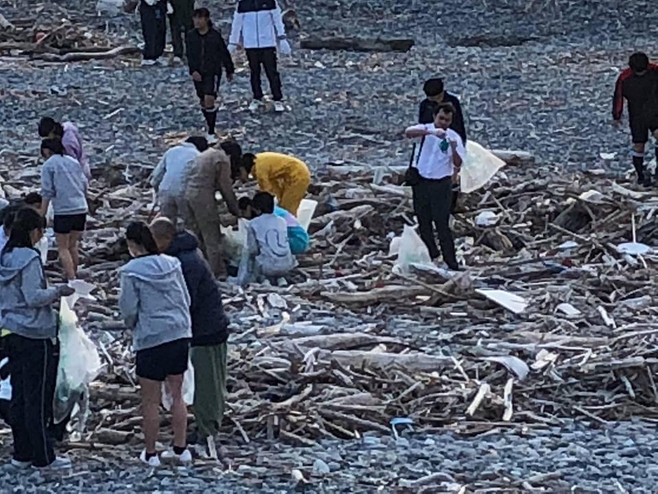 Sang Nhật Bản cùng nhặt rác cho sạch môi trường