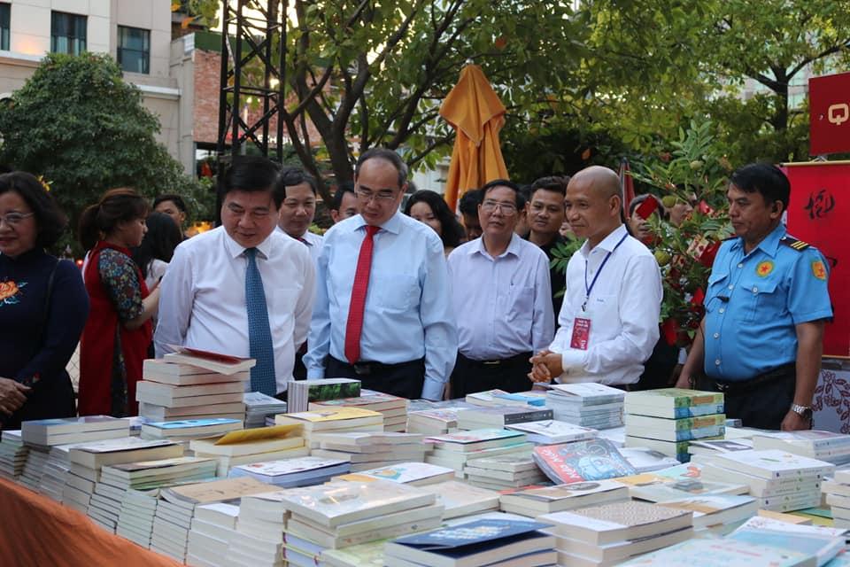 Lãnh đạo TP Hồ Chí Minh đến thăm không gian trưng bày sách của Thái Hà Books tại Tết Sách 2019