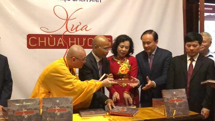 TS Nguyễn Mạnh Hùng giới thiệu và ra mắt 2 cuốn sách quý nhân khai mạc lễ hội chùa Hương xuân Kỷ Hợi 2019