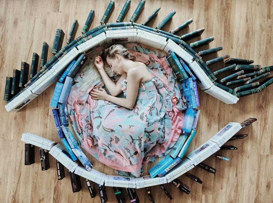 Cô gái biến những cuốn sách thành ảnh nghệ thuật