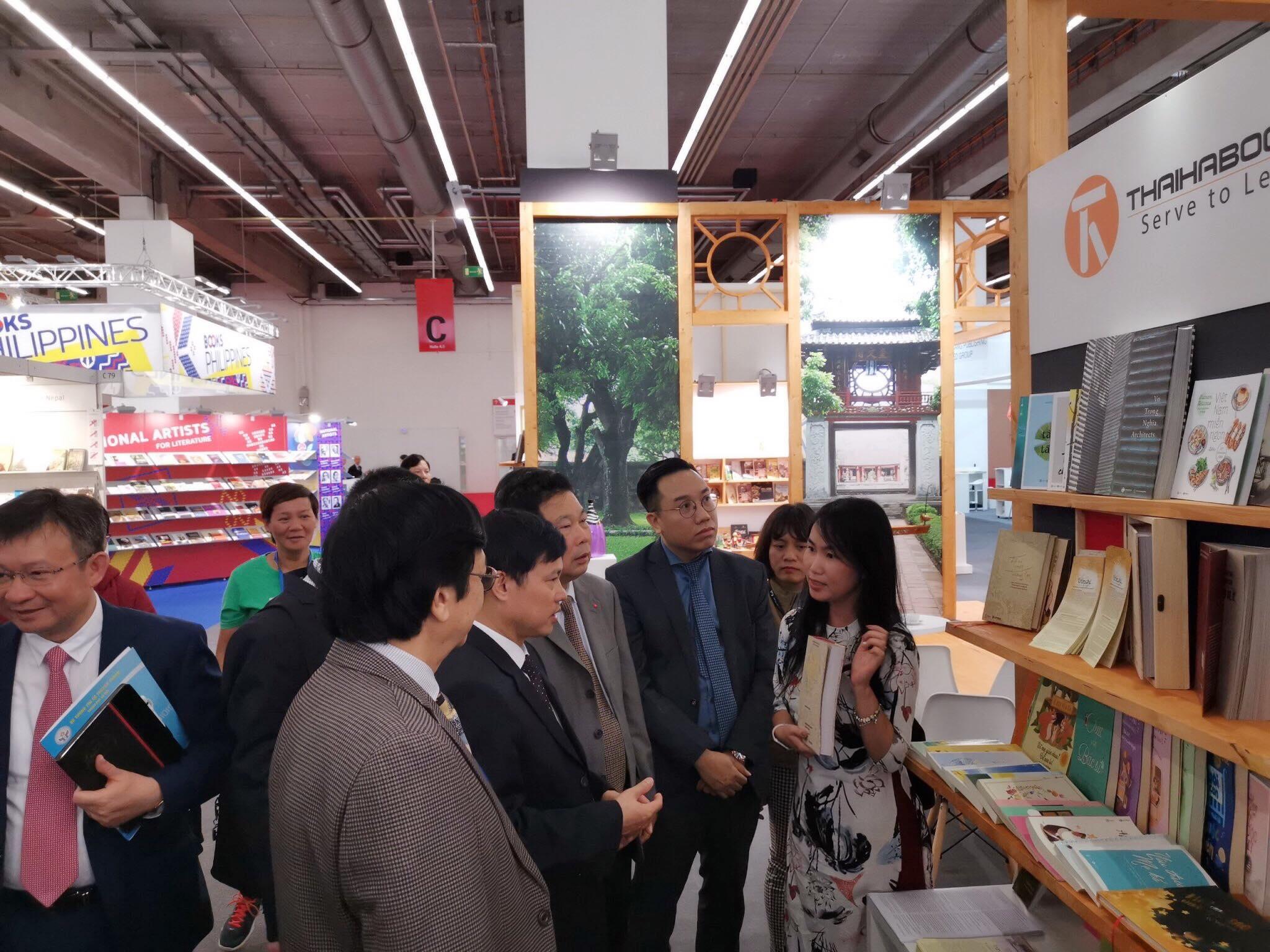 Khai mạc hội sách Frankfurt – ThaiHaBooks đón tiếp đoàn lãnh đạo Việt Nam và hướng dẫn bạn đọc quốc tế làm tranh dân gian Đông Hồ