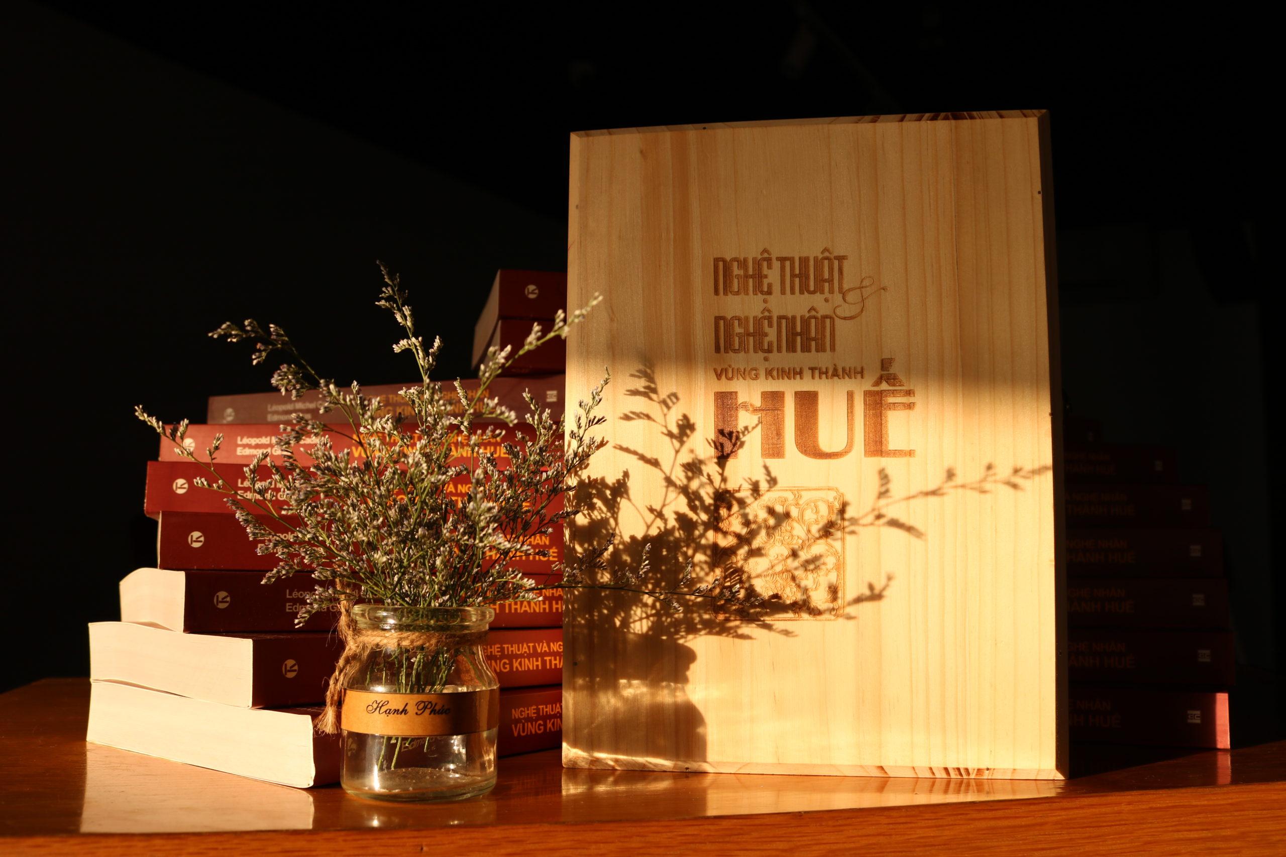 """Xác lập mức giá kỷ lục ấn bản siêu đặc biệt cuốn """"Nghệ thuật và nghệ nhân vùng Kinh thành Huế"""": 42.000.000đ (bốn mươi hai triệu đồng)"""