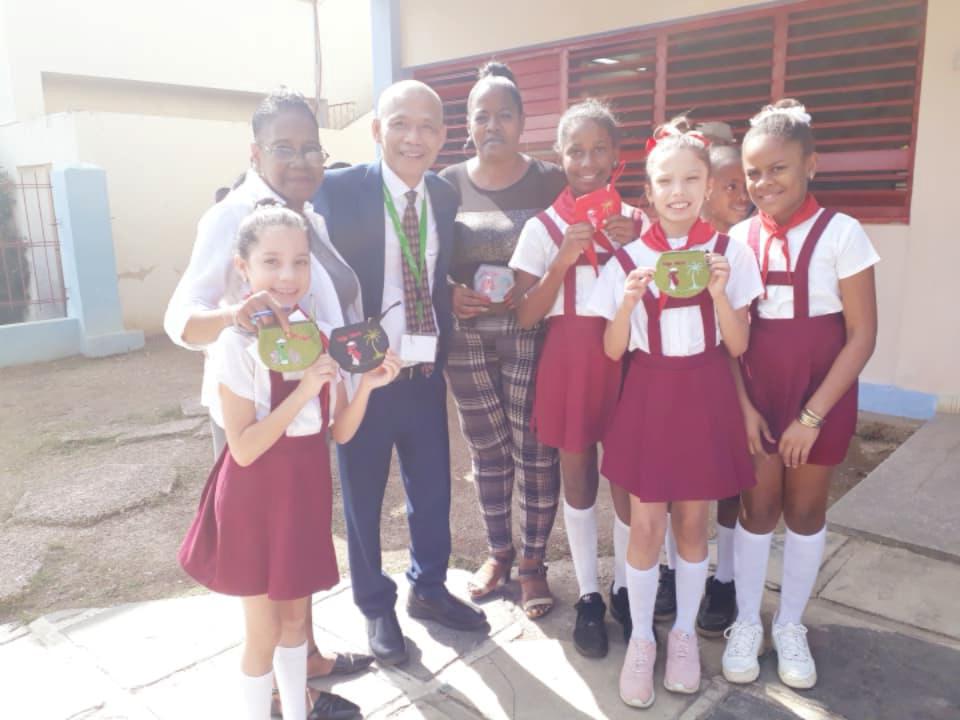 """Trưởng ban Dân vận Trung ương Trương Thị Mai tặng sách cho trường tiểu học """"Bác Hồ"""" tại thủ đô La Habana, Cu Ba"""