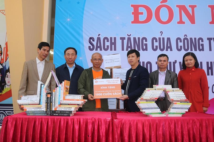Thái Hà Books mang chữ lên miền núi, tặng 1.000 cuốn sách cho thư viện huyện Lương Sơn, tỉnh Hòa Bình
