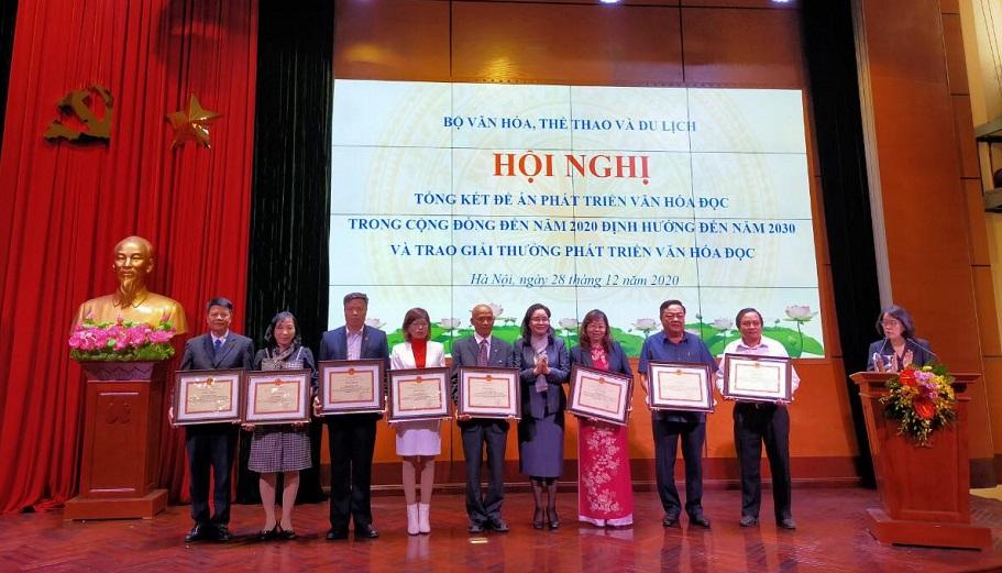 Tiến sĩ Nguyễn Mạnh Hùng nhận bằng khen của Bộ trưởng Bộ Văn hoá, Thể thao và Du lịch