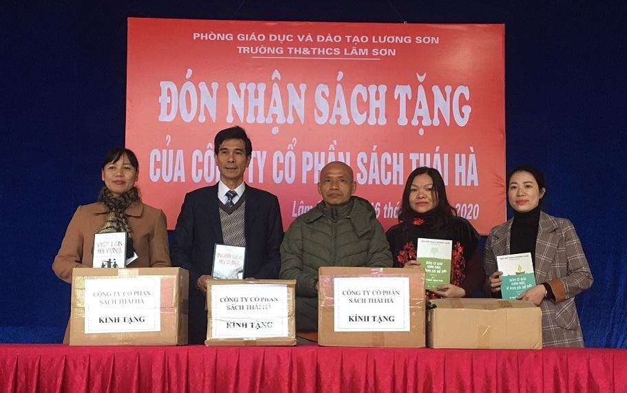 Thái Hà Books tặng sách cho thư viện trường TH&THCS Lâm Sơn (Hòa Bình)