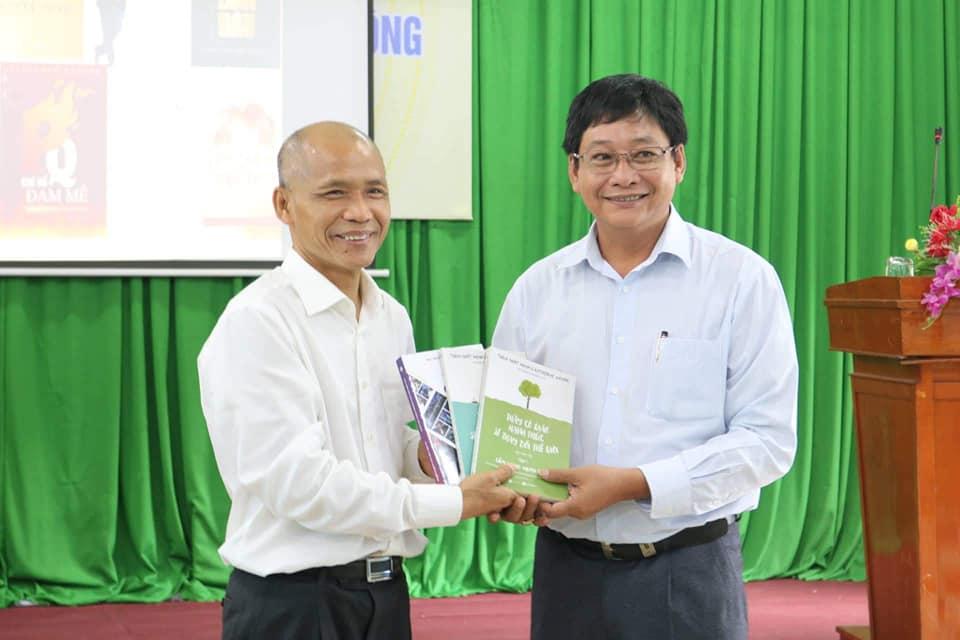 TS Nguyễn Mạnh Hùng giao lưu chia sẻ về phát triển văn hóa đọc trong nhà trường tại tỉnh Vĩnh Long