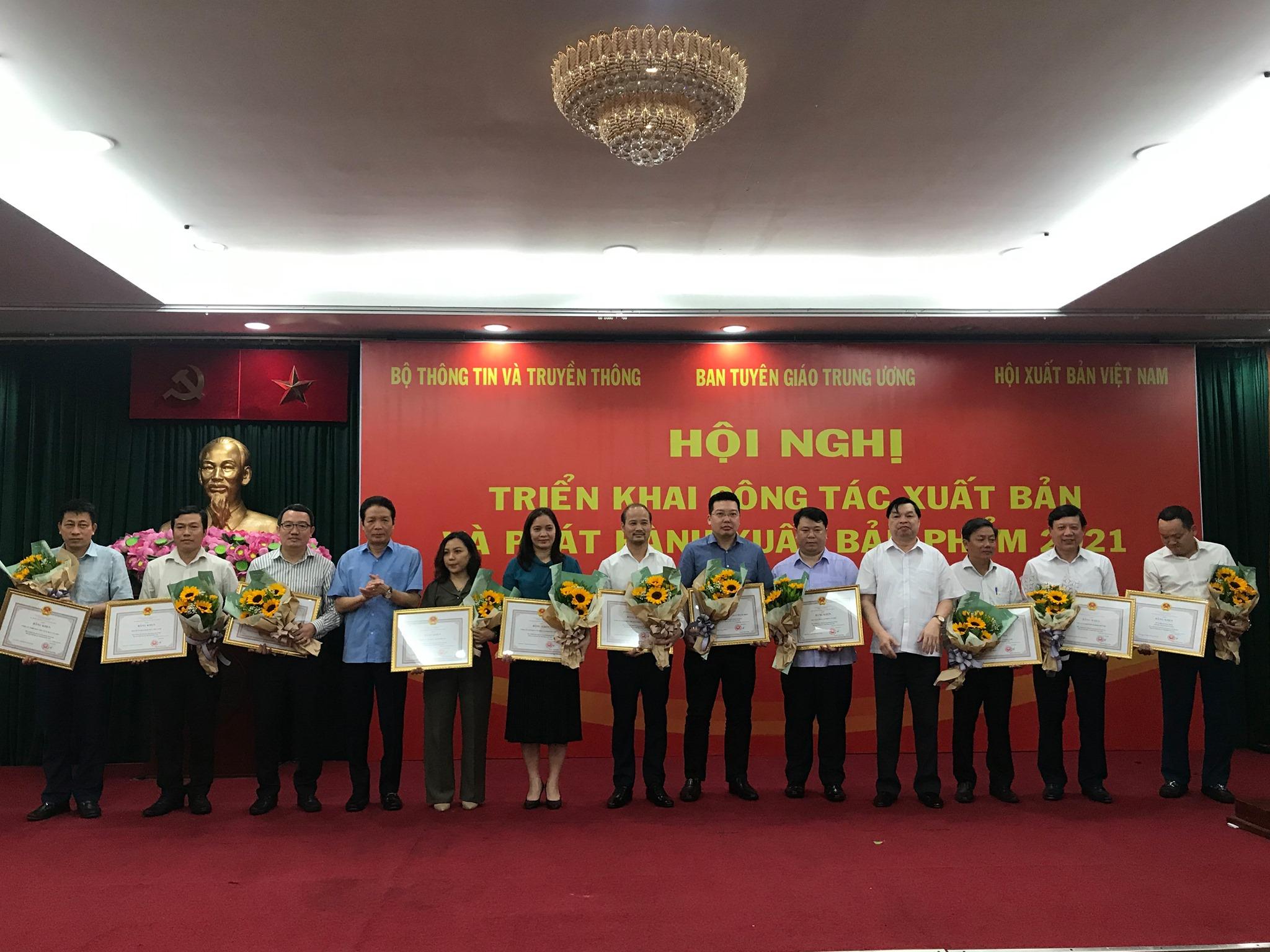 ThaiHaBooks vinh dự nhận bằng khen của Bộ trưởng Bộ Thông tin và Truyền thông