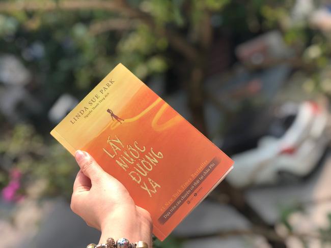 Lấy nước đường xa – Một cuốn sách, hai câu chuyện giao thoa đầy cảm xúc