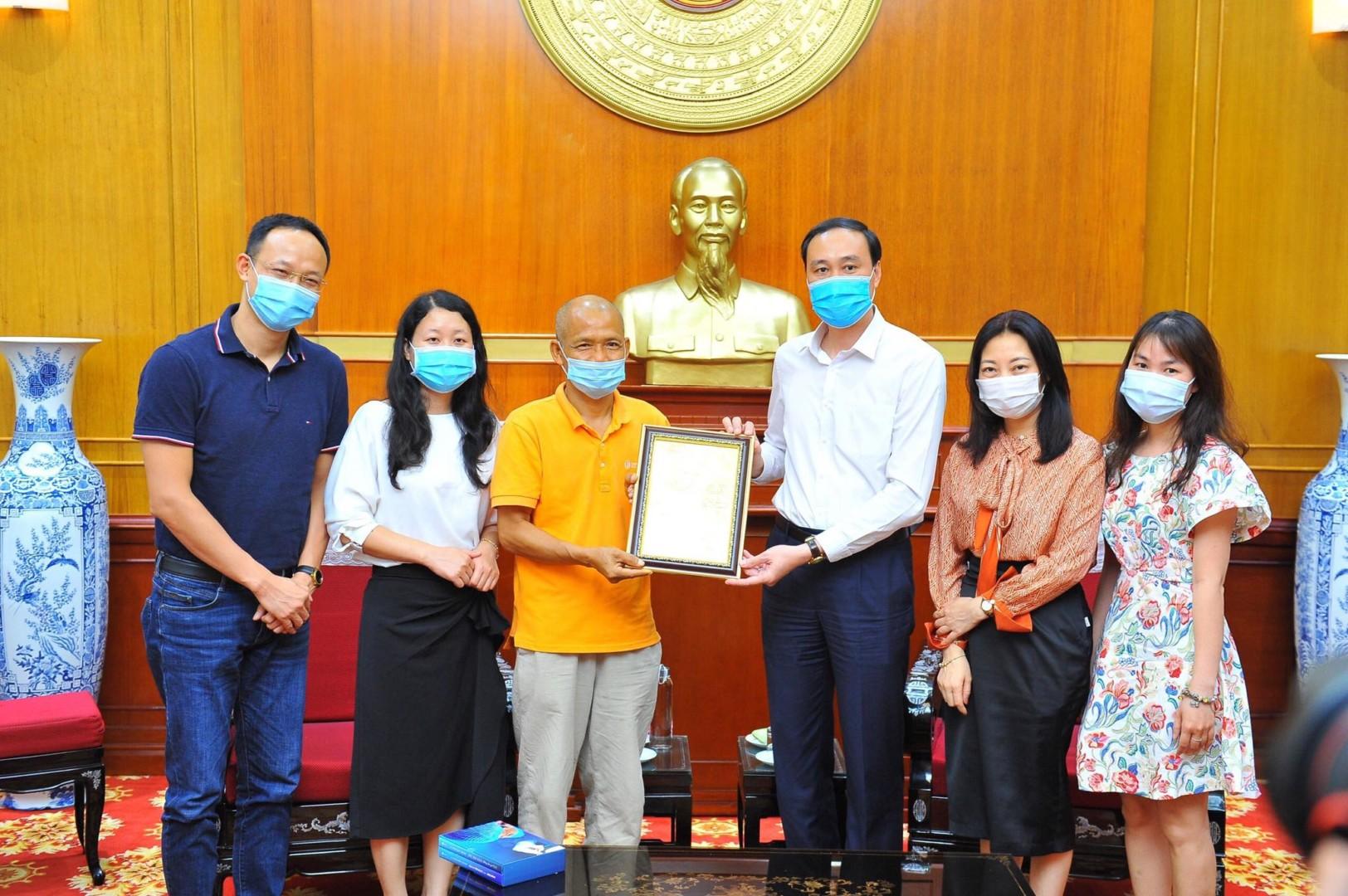 ThaiHaBooks và bác sĩ Khánh trao tặng 160 triệu ủng hộ Quỹ Vaccine phòng chống Covid 19
